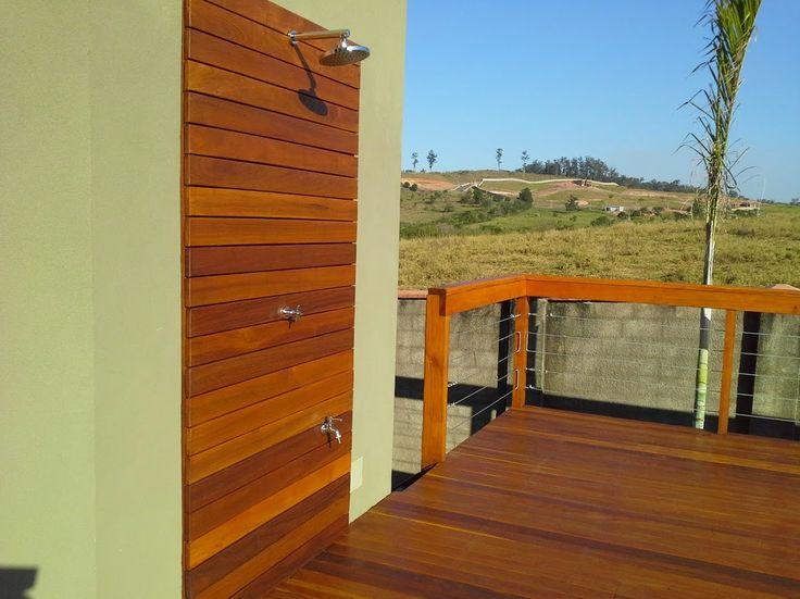 Deck de madeira Cumaru envolta de piscina