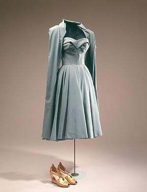 Kjole i gråblå uld fra 1950'erne. Kjolen er stropløs med indsyede stivere. (Nationalmuseet)