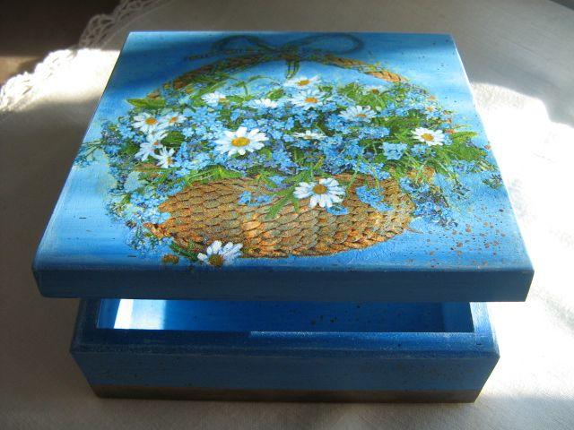 Drewniane pudełko, malowane i zdobione metodą serwetkową decoupage.
