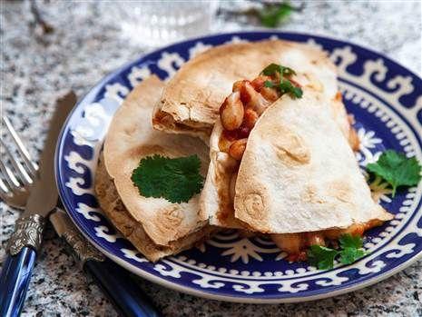 Quesadillas med bönor och tomatsalsa. Mättande, enkel och god.