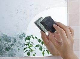 お風呂や洗面台の鏡についた白い水垢汚れって本当にもう何をやっても取れないですよね。普通に掃除をしてもまず落ちることはないので、手を焼いてる方も多いんじゃないでしょうか。そんなわけで、頑固な鏡のうろこ取りに特に効果的な方法を集めてみました。中でもやっぱり人気なのはダイヤモンドパッドで、これさえ使えば大体の汚れは落ちると思いますが、耐水ペーパーで磨くのもNHKあさイチで紹介されて話題になった方法なのでオススメですよ。