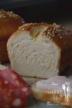 Que ganas tenía de hacer pan. Han salido unos panecillos estupendos, con una miga esponja y su sabor un poco dulce. El molde que veis ...