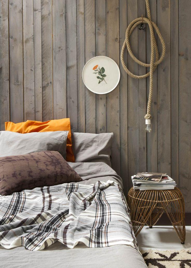 Slaapkamer met aardse tinten en rotan in jaren '70 stijl | bedroom with earth tones and rotan in 70's style | Bron: vtwonen 13 2015 | Styling Fietje Bruijn | Fotografie Anna de leeuw