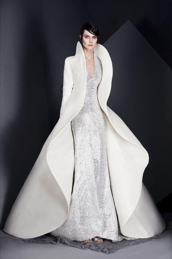 fb86c26ca257 I suggerimenti della Fata Madrina 🌟 Per tutte le future  spose invernali  un bellissimo cappotto effetto farfalla indossato su un tubino lungo e ...
