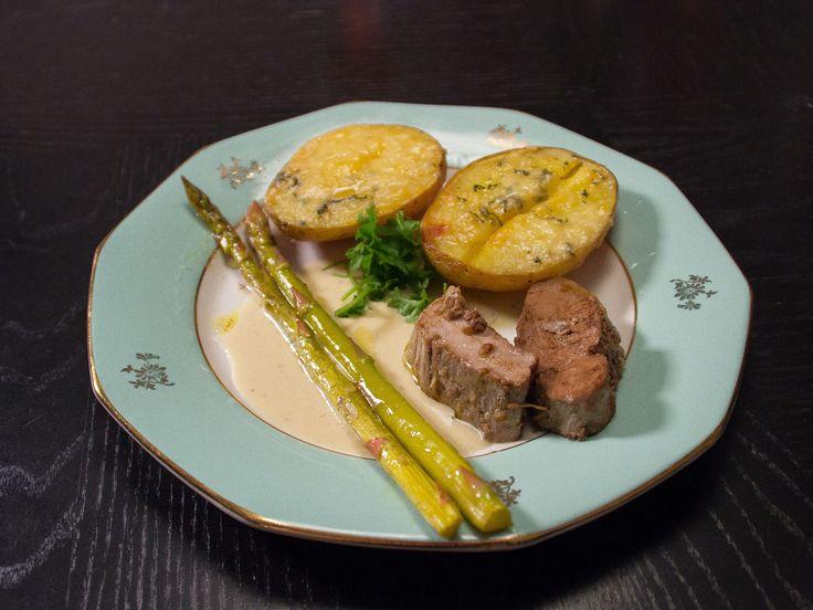 Kall fläskfilé, serveras med potatisbåtar | Recept från Köket.se