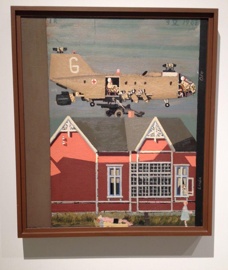 """Fra AROS udstillingen MELLEM KRIG OG FRED af Leonard Rickhard (f.1945). Billedet her har den norske titel: """" Stort helikopter som flyr usedvanlig lavt over hustak - I morgensol"""" 1982-83."""