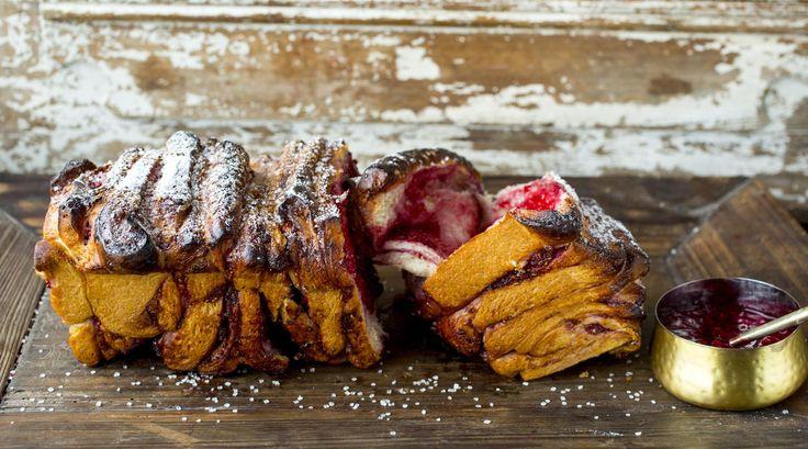Dette stablebrødet er fylt med bringebærsyltetøy, og er omtrent som en haug med bringebærboller stekt i en brødform. Gjør det enkelt og pynt med perlesukker - og server mens det ennå er litt varmt.