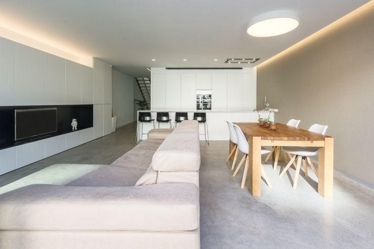 Salón comedor con cocina integrada con suelo de hormigón pulido | Chiralt Arquitectos Valencia