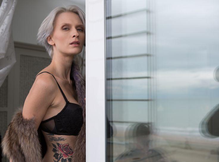 #model #grey #black #tatoo #professionalshotting #attimi #moments #photo #foto #grigio #nero #tatuaggio #flowers #rosa #monicapallonifotografa #furcoat