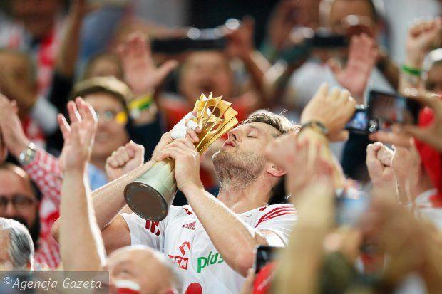 Michał Winiarski unosi w górę puchar mistrzostw świata