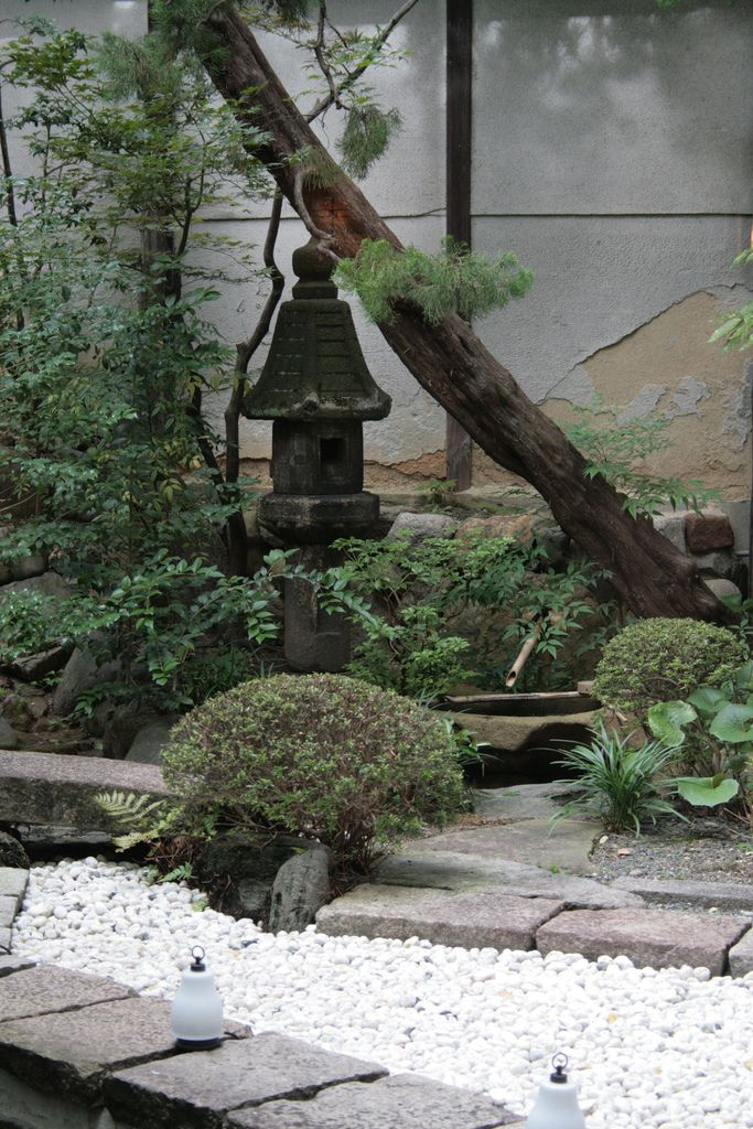Small Japanese garden pictures Lantern and tsukubai in small Japanese garden – Creating Japanese Gardens