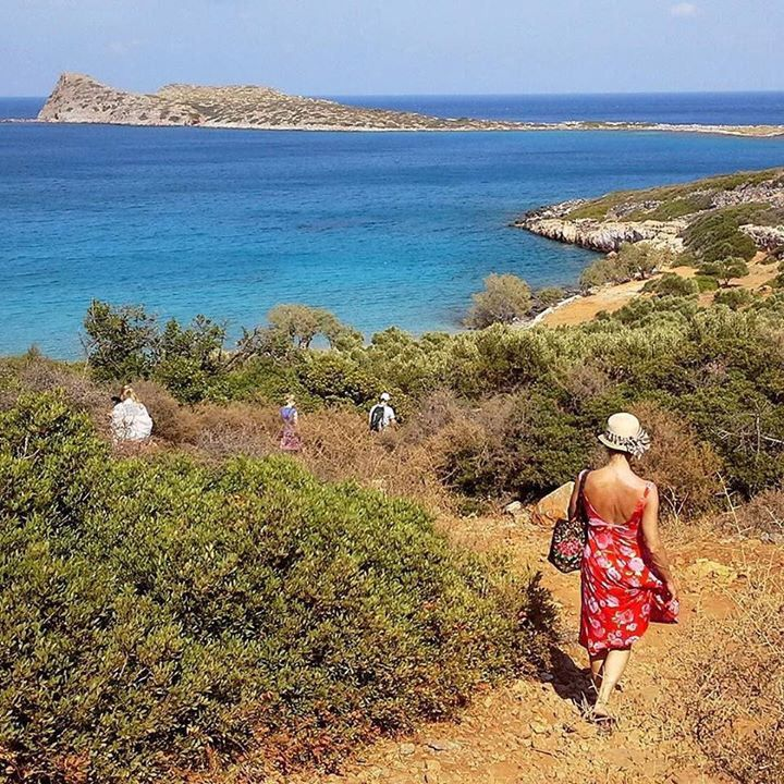 Que vous soyez plutôt plage randonnée ou les deux... Vous trouverez des sites très attractifs en Crète orientale terre de légendes. A découvrir dans le reportage d'Eric Milet sur www.routard.com. Photo : en chemin pour la plage sur la presquîle de Kol