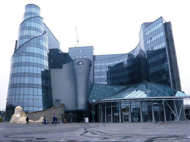 Projekt nowej siedziby Telewizji Publicznej zdobył I nagrodę w konkursie SARP na przekształcenie kompleksu TVP SA połączone z budową dwóch nowych gmachów: budynku redakcyjno-biurowego B i wideoteki narodowej. Ten zdumiewający i widowiskowy pałac ze szkła umiejscawia Warszawę na mapie jako ważne i tętniące życiem europejskie miasto. Więcej na: http://sztuka-architektury.pl/index.php?ID_PAGE=20459