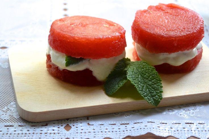 Skinny Six: Watermeloencakejes met een vulling van dikke Griekse yoghurt met vanille. #snack #ontbijt #healthy