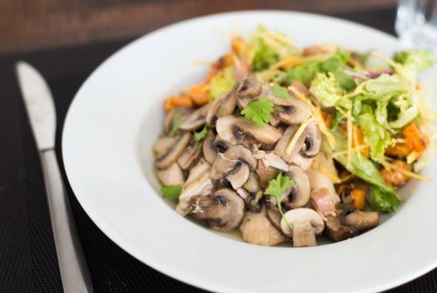 Kip met champignons.  De smaak van dit gerecht is, ondanks dat het niet zo fotogeniek is, waanzinnig. Hoe simpel de ingrediënten ook zijn, door het lange stoven wordt het zalig.Heb je geen slowcooker, dan kun je dit gerecht ook maken in een braadpan op een zeer laag vuur. Gebruik dan 500 milliliter bouillon en houd het vochtpeil goed in de gaten zodat de kip niet aanbrandt.
