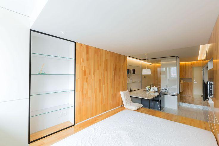 Архитекторы Atelier Mearc оформили пространство небольшой квартиры в Шанхае, Китай. Резиденция площадью 37 квадратных метров расположена в старом семиэтажном доме в центре города. От входной двери к балкону эту длинной и узкой студии можно пройти за 11 секунд. Попадая внутрь, вы сразу замечаете о...