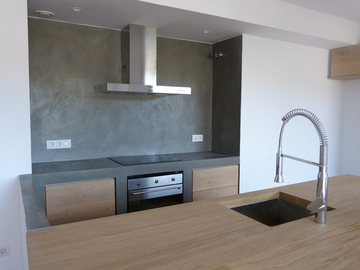 Corte convencional para cocina de microcemento combinada con madera.