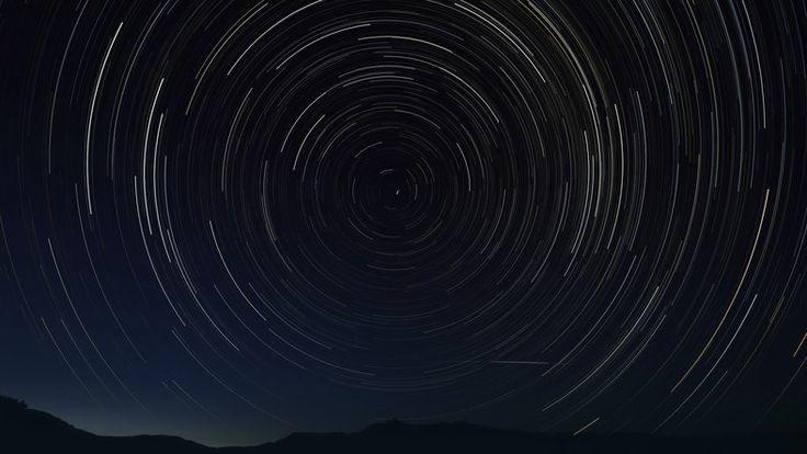 """""""Spadające gwiazdy"""" na niebie. W nocy ze środy na czwartek zobaczymy najwięcej Perseidów"""