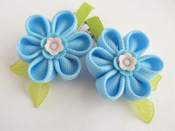2 pinzas de pelo KANZASHI hecho a mano. Hermosas hebillas hecho a mano con adornos de flor azul. Las flores, de cinta del grosgrain, miden aprox. hojas de 3cm (1-1/4 ), decorado con bolas de cristal. Montado en un cocodrilo color plata pelo clip 4cm (1-1/2 ) de largo. Mis