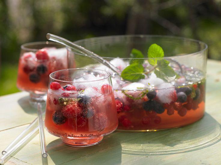 Beeren-Bowle - mit Tonic und Sekt - smarter - Kalorien: 135 Kcal - Zeit: 40 Min. | eatsmarter.de