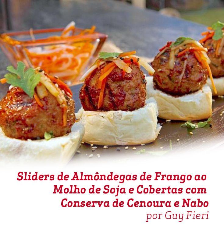Ótimos petiscos, estes Sliders de Almôndegas de Frango ao Molho de Soja e Cobertas com Conserva de Cenoura e Nabo são uma delícia! Será um sucesso em um jantar com os amigos!