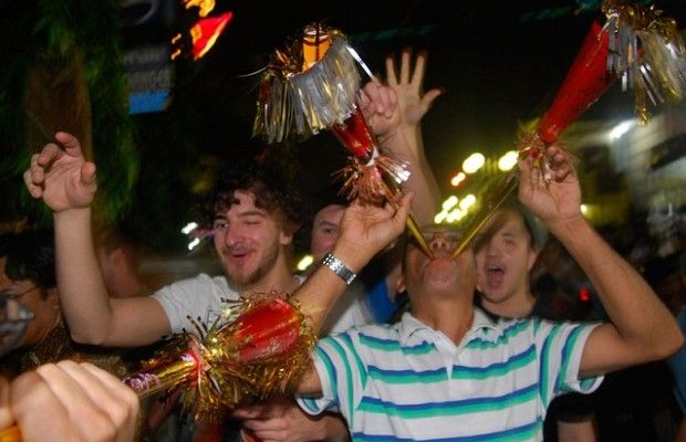 Asal Muasal Tradisi Meniup Terompet Saat Malam Pergantian Tahun