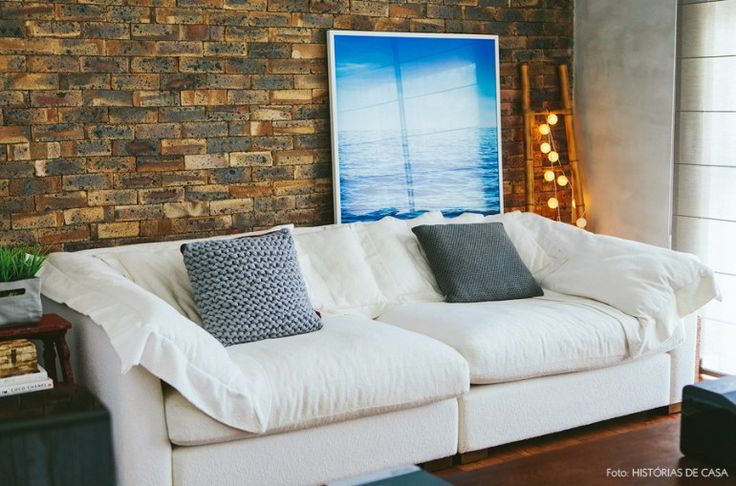 27-decoracao-sala-sofa-branco-parede-tijolinho