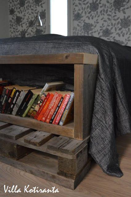 Nykyisen kotimme makuuhuone.  The bedroom of our current home. DIY kirjahylly sängyn rungossa, tehty vanhoista laudoista ja lavoista. DIY bookshelf created into bed's frame from old wood board and pallets.
