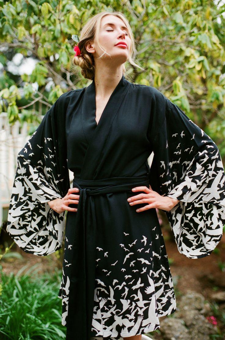 Por favor asegúrese de entrarme en contacto con su fecha de boda * previo * a su compra :) -------------------  Este listado está para rodilla 1 traje de kimono de Noguchi en el rayón suave Gaia despierta - un borde increíblemente sugerente impresión de aves en vuelo, al igual que los ritmos de los movimientos aves en el amanecer y atardecer. Inspirado en la poética Isamu Noguchi y sus sets para el agraciado de Martha Graham. Hermosa mangas sway y tumbo con el más leve movimiento, haciendo…