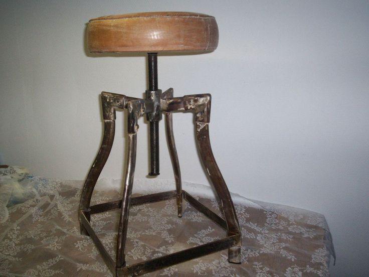 vintage industriële ijzeren kruk met leren zitting, is draaibaar. 67,50 euro