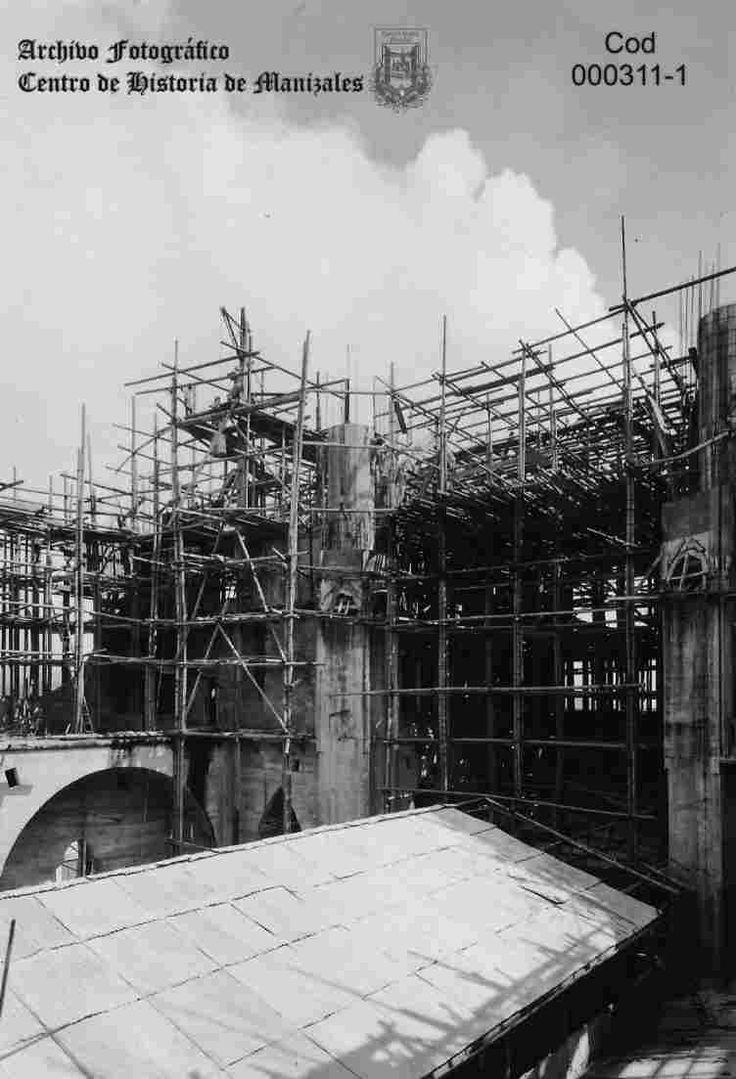 En la fotografía, se observa el techo de la ramada que sirvió como Capilla, mientras duró la construcción de la Catedral actual, en la que el Pbro. Luis Carlos Muñoz, oficia la primera misa, al lado de andamios y materiales de construcción, el 12 de Mayo de 1929.