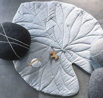 Наткнулась в сети на интересный и весьма новый тренд — большие текстильные листья, которые служат пледами, одеялами или ковриками. Сшить что-то подобное точно получится у любого, даже того, кто сел за швейную машинку впервые. В тех изделиях, что я встречала, используются натуральные материалы — хлопок и лен, и сдержанные природные цвета, но кто мешает вам поступить по-своему и создать подобно
