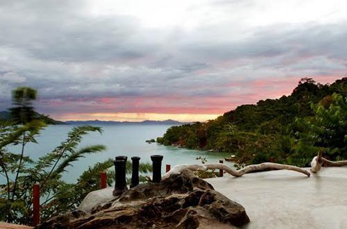 Situato sulla sommita di una collina a ridosso del mare, la splendida terrazza del ristorante offre spettacolari viste sulle montagne Tsaratanana e sull'isola di Grande Terre