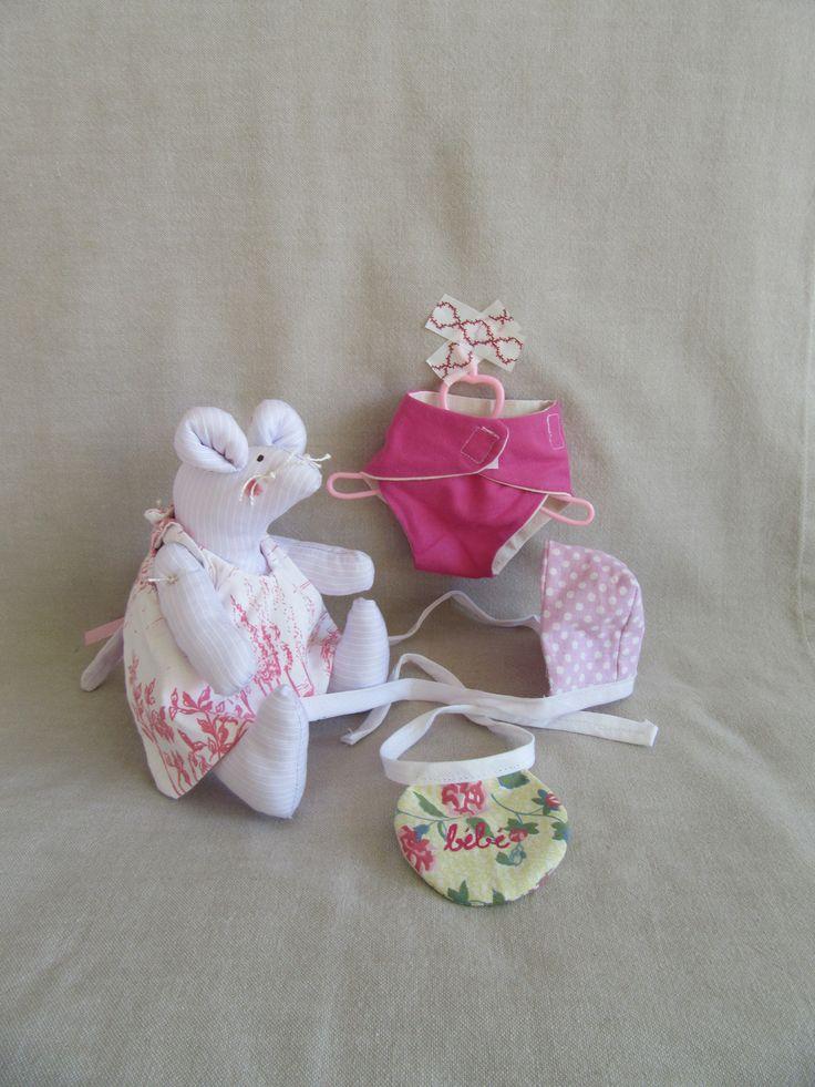 Doudou souris en coton rose et blanc avec ses vêtements assortis ( tablier , couche culotte , capuchon , bavoir ) : Jeux, jouets par les-p-tits-bidules