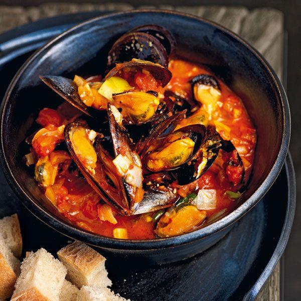 Ein echter Klassiker. Die aromatischen Miesmuscheln werden in einer würzig-fruchtigen Tomatensauce gegart.