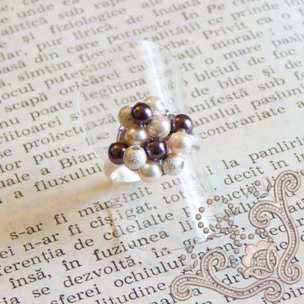 Inel tesut manual cu perle swarovski de 4 mm pe o baza placata cu argint. O bijuterie fina si delicata, perfecta pentru o seara speciala.