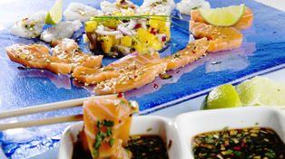 Sashimi av laks og torsk med mangosalsa