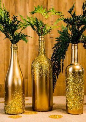 Você quer uma ideia linda e super barata para decorar a sua mesa de Natal? Já pensou em usar garrafas de vinho vazias?