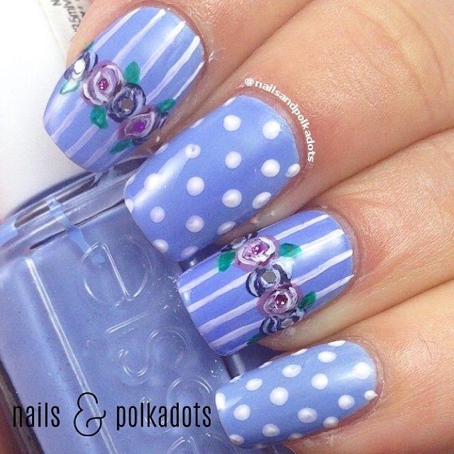 unhas decoradas na cor azul com flores e bolinhas