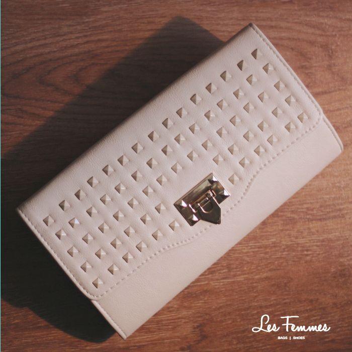 Asoka Clutch, tas desain minimalis dengan detail studs berwarna senada. Simply stunning! • Warna beige • Ukuran 29*16 cm • Harga 199,000  Order via : Website : www.lesfemmes.co.id SMS / WA : 081284789737 Email : care@lesfemmes.co.id  Happy shopping!
