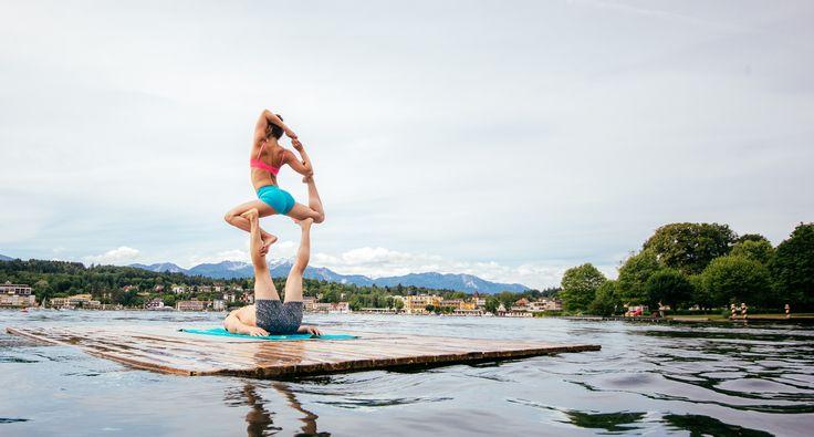 """Yoga am See, SUP Yoga oder """"Endless Summer Retreat"""", hier lässt sich Yoga in all seinen Facetten genießen. Anschließend tanken Sie Kraft und Vitamine mit dem eigens kreierten """"Wörthersee Smoothie""""! Im Seehotel Europa ab € 499 p. P. (7.-10.10.2015) und im Werzer's Hotel Resort ab € 389 p. P. (9.-11.102015).  Exclusiv für Sie dabei - Bryce Yoga – das sind Briohny Smyth und Dice Iida-Klein, zwei der erfolgreichsten Yogis weltweit."""