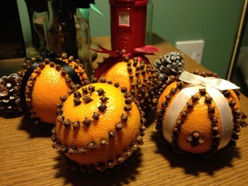I'm not much of a baker, and during the holiday season I really miss the smells that were produced from my mother's kitchen.  When I first saw these pomanders, I loved how pretty they looked -- but then the amazing smell hit me and I knew I needed to make some to help fill my house with awesome aromas.