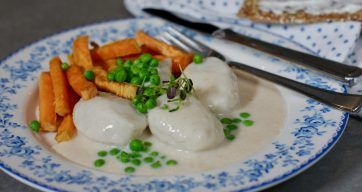 Fiskeboller i hvit saus m/grønne erter og hvite bønner – Berit Nordstrand