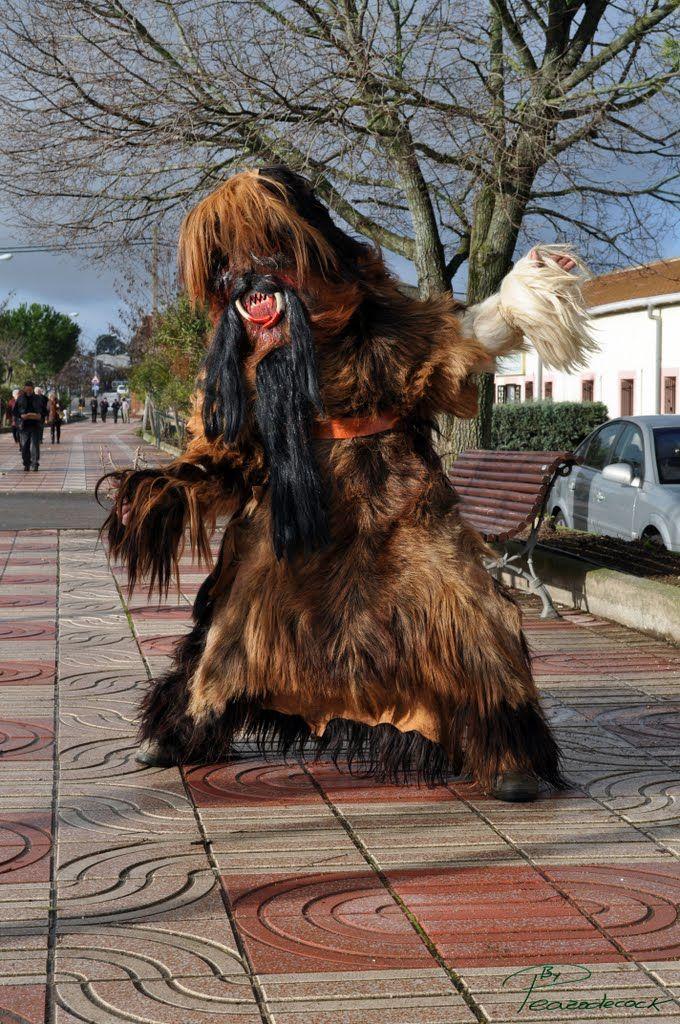 Quedan sólo 8 días para la Fiesta de Interés Turístico Regional de Las Carantoñas. Algunos vecinos de Acehúche se visten de forma siniestra por una promesa a San Sebastián.