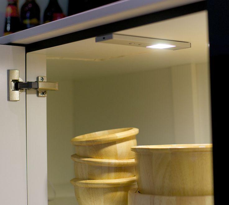 KARWEI   Handig: verlichting met een zwaaisensor in je keukenkastjes. #karwei #verlichting #wooninspiratie