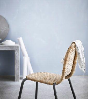 ブラックのスチール製脚が付いた手編みの籐製チェア。