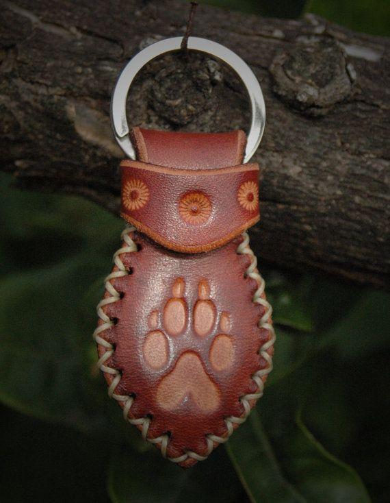 Portachiavi in cuoio realizzato a mano, artigianato Italiano. Cucito a mano, con impronta di cane.