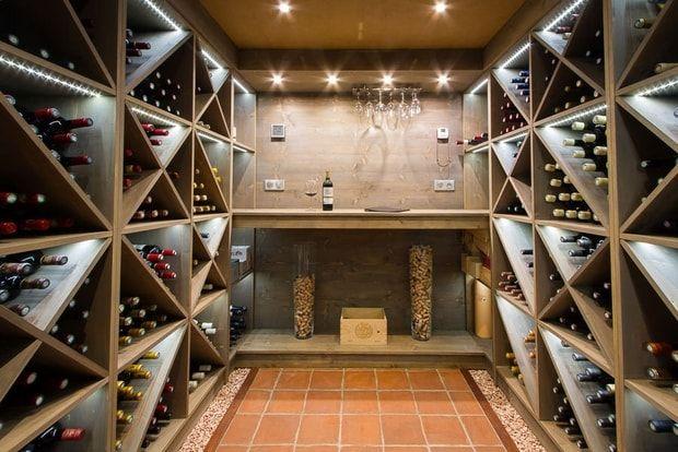Une cave à vin avec bar intégré