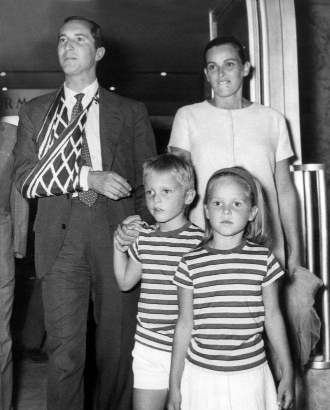 Miguel Bosé con sus padres Luis Miguel Dominguín  Lucía Bosé y su hermana Lucía Dominguín.