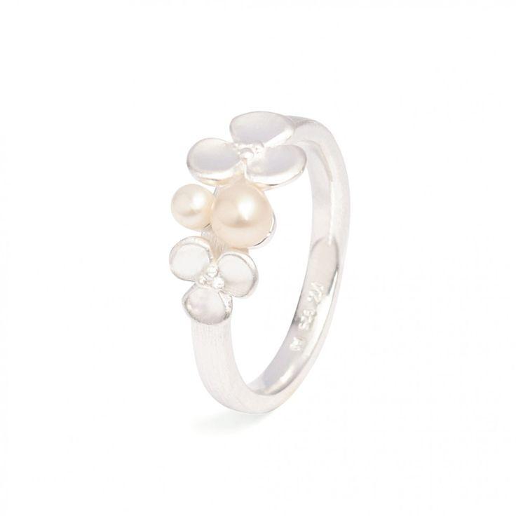 Leilano   Bernd Wolf - Ring in Silber mit Süßwasserperlen #BerndWolf #Schmuck #Hochzeit #Braut #Brautschmuck #Silber #Blüten #jewelry #pealrs #Bride #perfektday